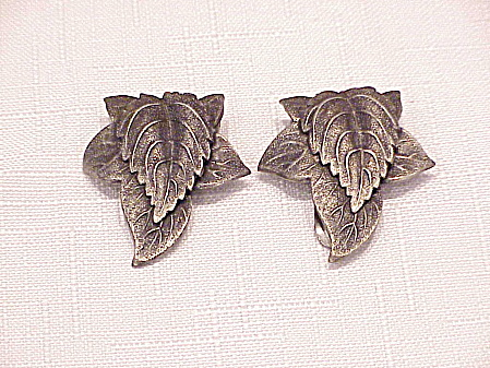 VINTAGE PAIR OF ART DECO SILVER TONE LEAF DRESS CLIPS (Image1)
