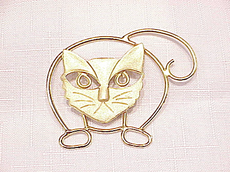 LARGE BRUSHED GOLD TONE CAT BROOCH (Image1)