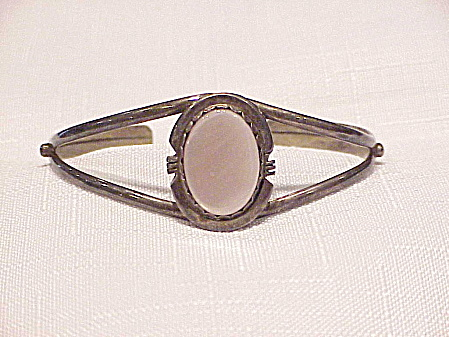 NATIVE AMERICAN SIGNED STERLING SILVER MOTHER OF PEARL CUFF BRACELET (Image1)