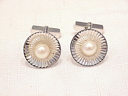 VINTAGE CLASSIC STYLE STERLING SILVER AND PEARL CUFFLINKS (Image1)