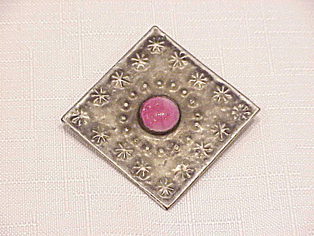 VINTAGE SILVER TONE C CLASP BROOCH WITH PINK GLASS STONE (Image1)