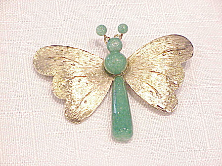 VINTAGE GREEN GLASS GOLD TONE BUTTERFLY BROOCH OR PIN (Image1)