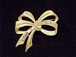 VINTAGE MATTE GOLD TONE BOW BROOCH WITH BAGUETTE RHINESTONES