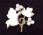 VINTAGE COSTUME JEWELRY - WHITE ENAMEL AND TURQUOISE BEAD BROOCH SIGNED SARAH COVENTRY