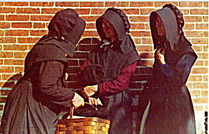 Amish Women in Discussion Postcard p28733 (Image1)